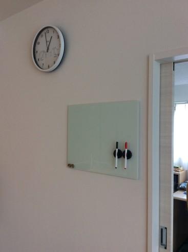 時計とホワイトガラスボード
